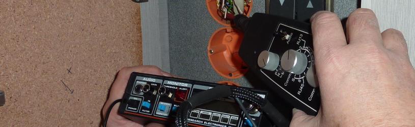Techniker führt eine TF Messung durch um Abhörgeräte zu finden
