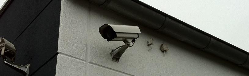 Kameraüberwachung an einem Bürogebäude gegen Einbrecher